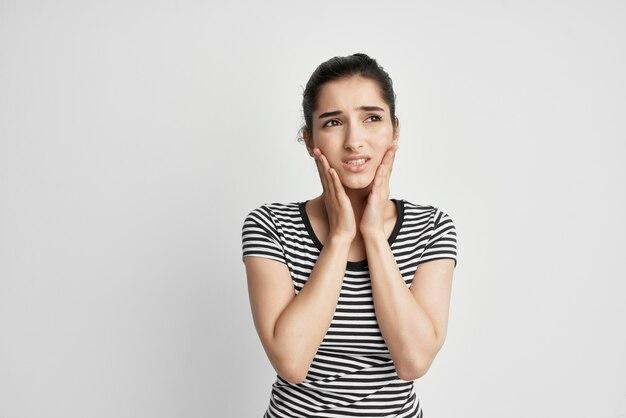 Frau im gestreiften t-shirt zahnschmerzen unbehagen zahnarzt