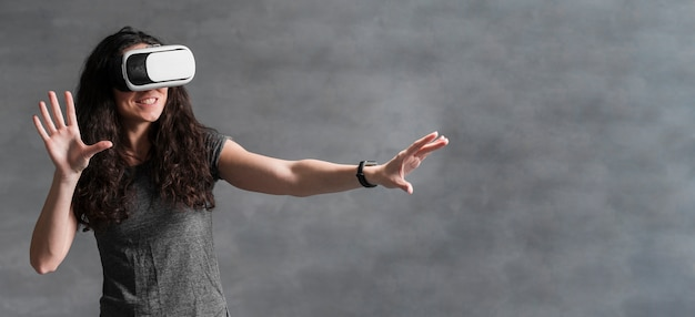 Frau im grauen t-shirt, das spiele auf vr satz spielt