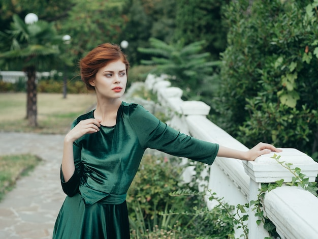 Frau im grünen kleid glamour romantik spaziergang im park