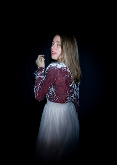 Frau im hellen Kleid, das über Schulter schaut