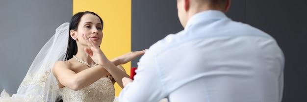 Frau im hochzeitskleid macht dem bräutigam eine negative geste, die der gigolo ist und wie man ihn erkennt