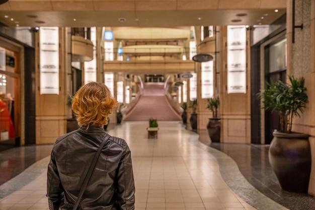 Frau im hollywood dolby theatre träumt davon, auf dem roten teppich für oscar-statuette für die beste schauspielrolle im film zu gehen