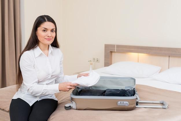 Frau im hotelzimmer