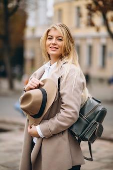 Frau im hut mit dem taschenreisen