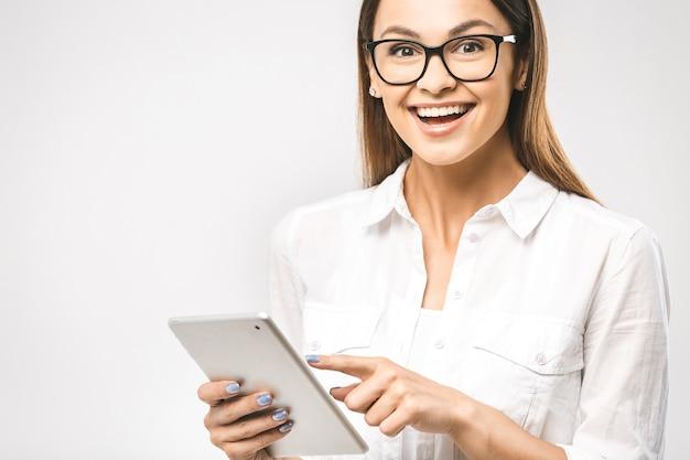 Frau im klassischen hemd mit tablette i