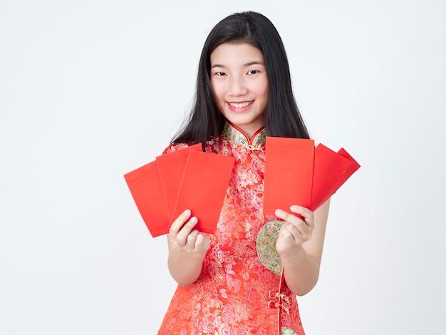 Frau im kleid des traditionellen chinesen, das roten umschlag hält