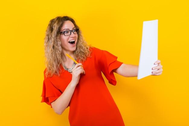 Frau im kleid mit unbelegtem papier und bleistift