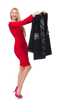 Frau im kleid und in schwarzem mantel lokalisiert auf weiß