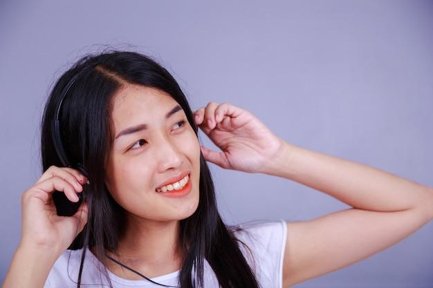 Frau im kopfhörer musik hören