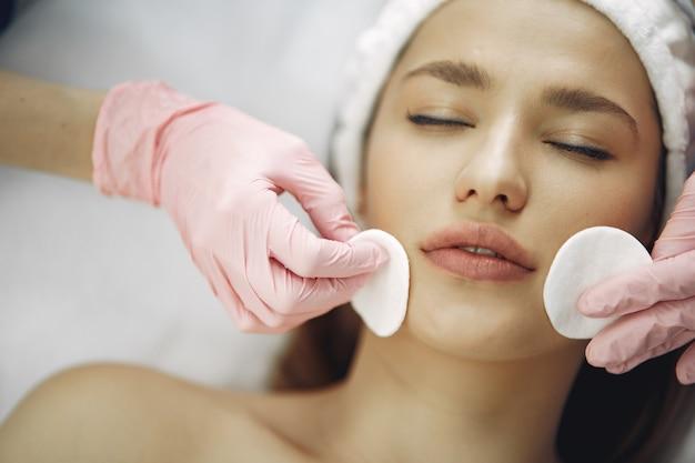 Frau im kosmetikstudio auf einem verfahren