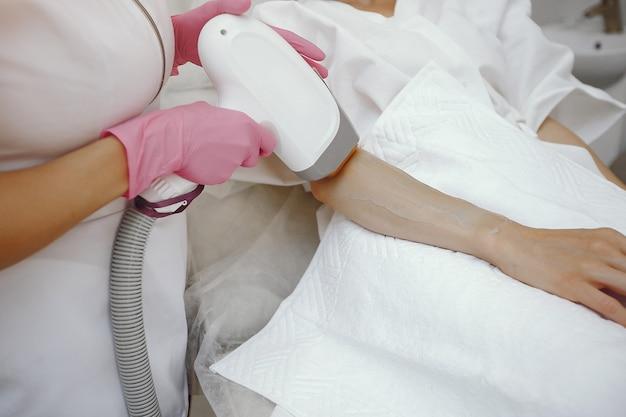Frau im kosmetikstudio auf laser-haarentfernung