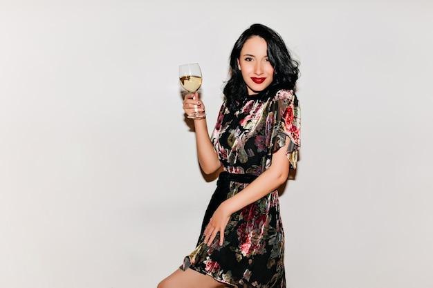 Frau im kurzen kleid, das valentinstag mit champagner feiert