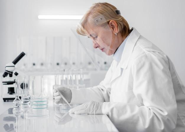 Frau im labor, die experimente macht