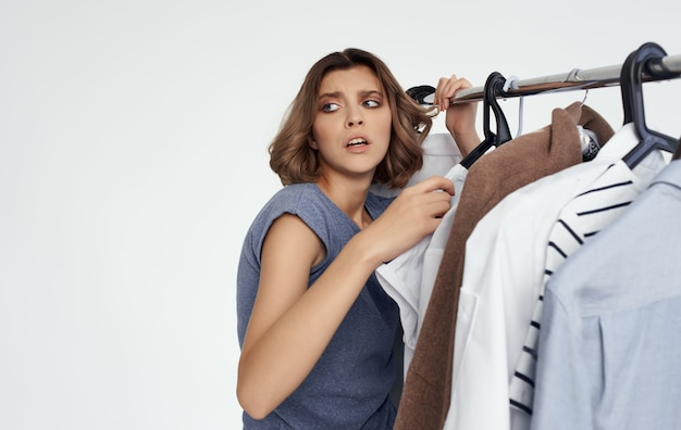 Frau im laden wählt kleiderhemden-modestilgarderobe