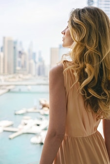 Frau im langen kleid am dubai marina