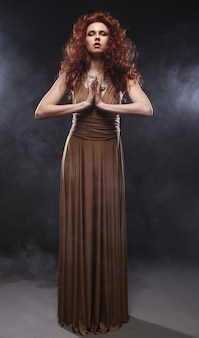 Frau im langen kleid