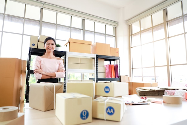 Frau im lieferbüro