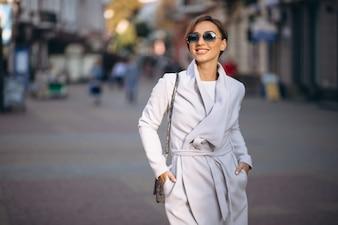 Frau im Mantel außerhalb der Th-Straße