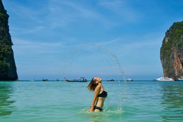 Frau im meer mit schöner landschaft