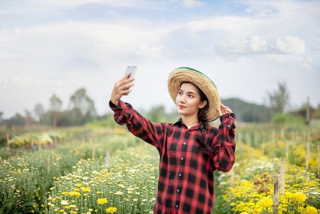 Frau im naturblumenfeld