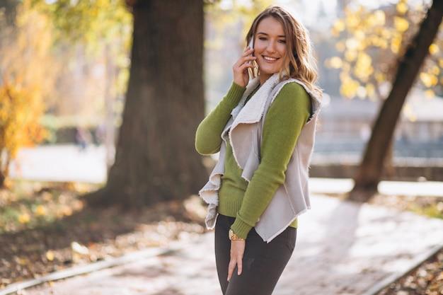Frau im park am telefon sprechen