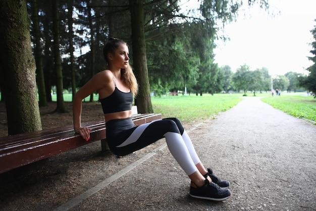 Frau im park ist in der fitness-nahaufnahme beschäftigt