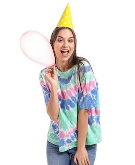 Frau im partyhut und mit ballon auf weiß. feier zum aprilscherz