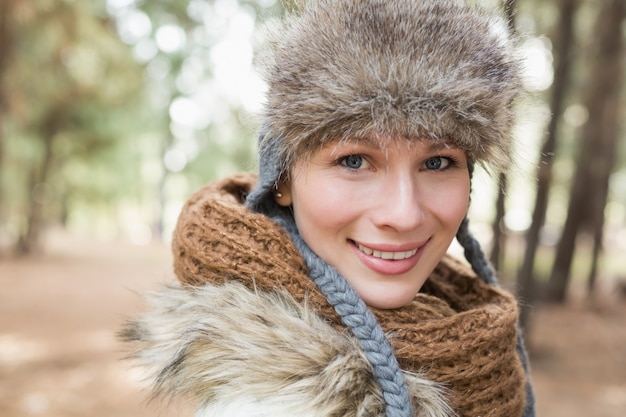 Frau im pelzhut mit woolen schal im wald