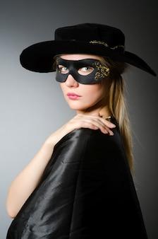 Frau im piratenkostüm - halloween-konzept