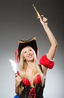 Frau im piratenkostüm