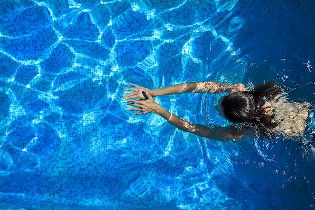 Frau im pool schwimmen