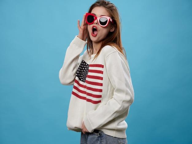 Frau im pullover mit dem bild der flagge von amerika. tag der amerikanischen flagge und unabhängiges land