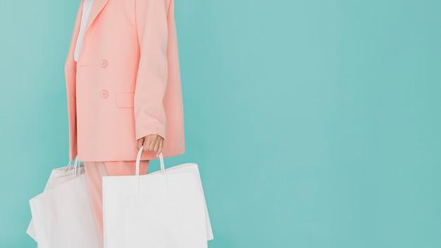 Frau im rosa anzug mit einkaufsnetzen