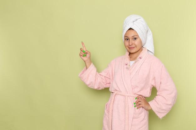 Frau im rosa bademantel lächelnd und posierend