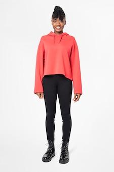 Frau im roten hoodie streetwear-bekleidung ganzkörper