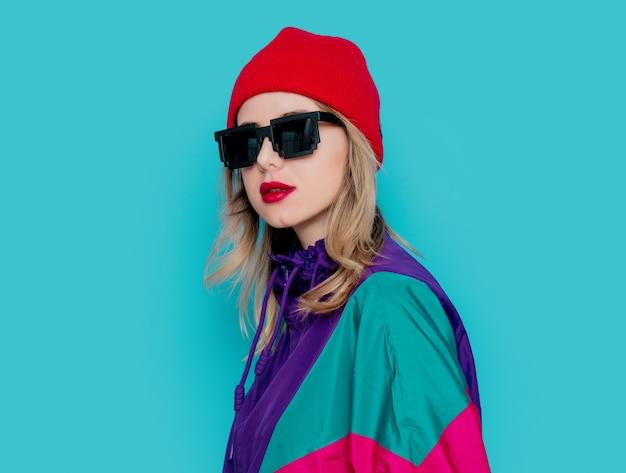 Frau im roten hut, sonnenbrille und anzug der 90er jahre