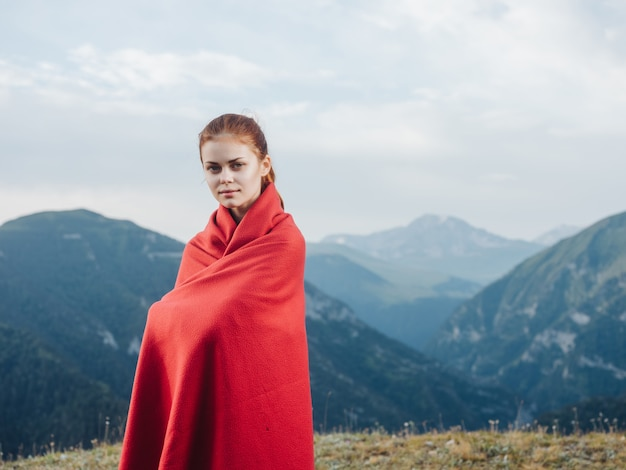 Frau im roten plaid draußen posiert kühle frische luft