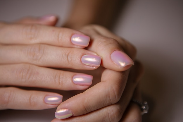 Frau im salon, der maniküre durch nagelkosmetiker empfängt