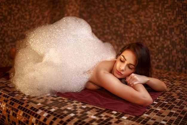 Frau im schaum, türkisches bad, hamam. haut- und körperpflege
