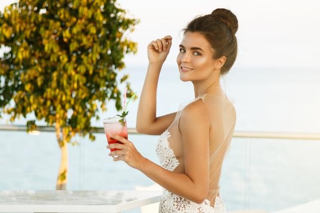 Frau im schönen kleid mit glas cocktail