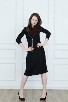 Frau im schwarzen bleistiftgeschäftskleid