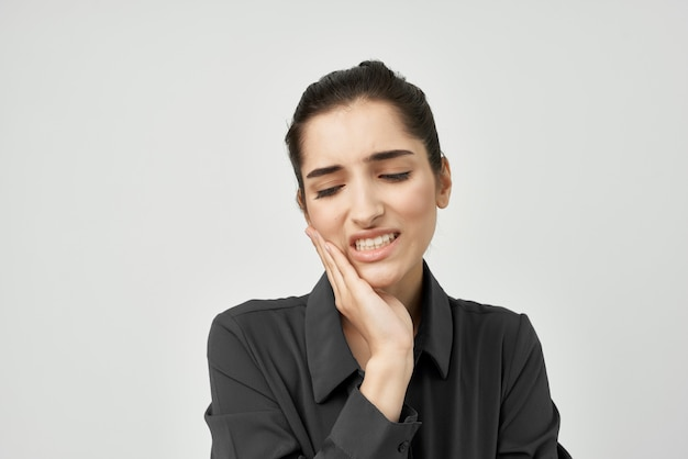 Frau im schwarzen hemd, die seinen kopf hält, depressive gesundheitliche probleme