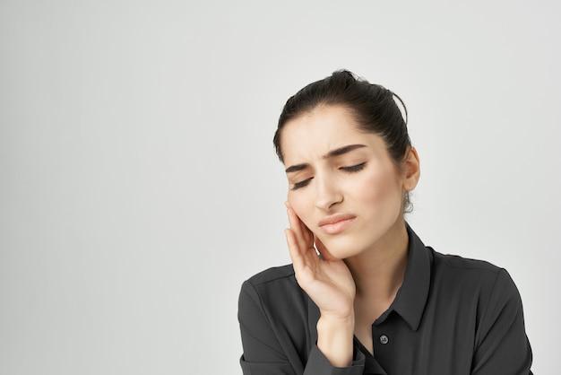 Frau im schwarzen hemd kopfschmerzen unzufriedenheit probleme gesundheitliche probleme