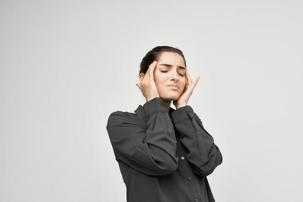 Frau im schwarzen hemd migräne stress negativ isoliert hintergrund