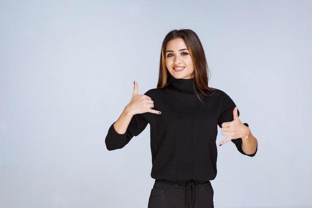 Frau im schwarzen hemd mit rufzeichen.