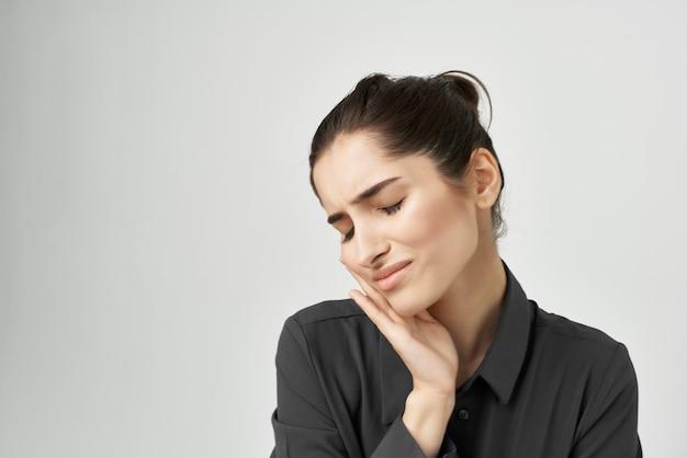 Frau im schwarzen hemd unmut schmerzen depression