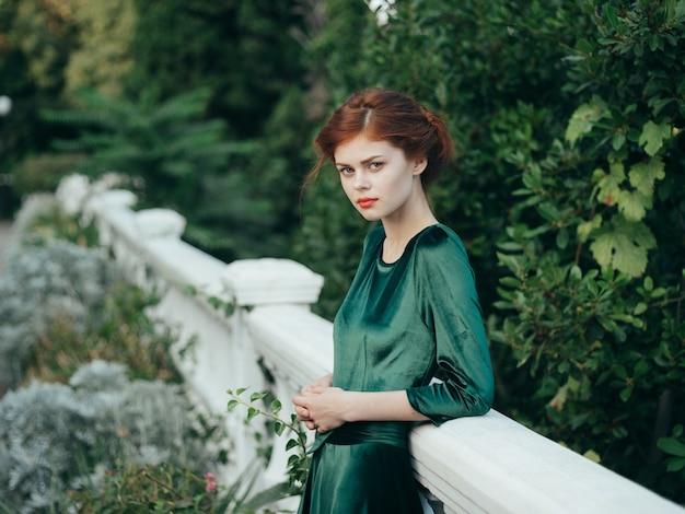 Frau im schwarzen kleid attraktiven blick romantik architektur spaziergang.