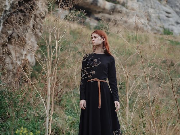 Frau im schwarzen kleid berge gehen reisefreiheit
