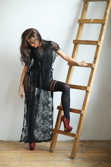Frau im schwarzen kleid