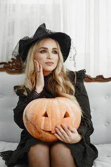 Frau im schwarzen kostüm